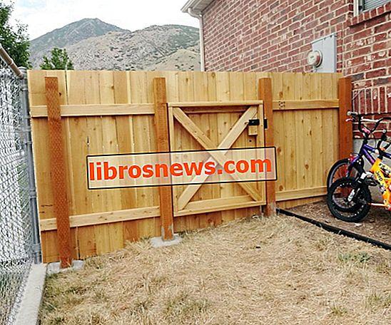 Baue einen Holzzaun und ein Tor