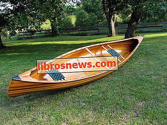 Construyendo una canoa de cedro